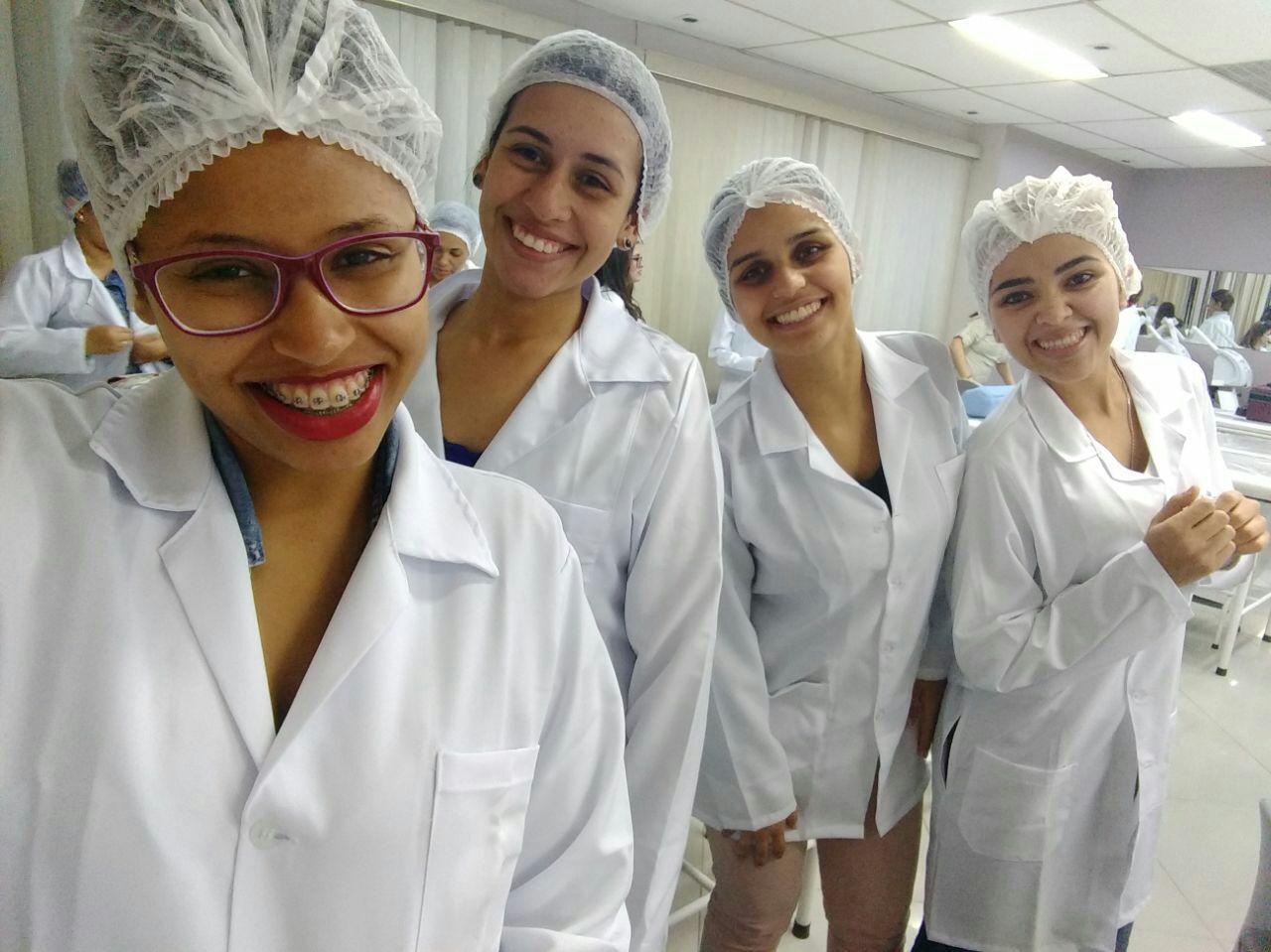 Aula de Técnicas faciais na universidade Famesp. Iniciamos o processo de higienização de pele. estética estudante (esteticista)