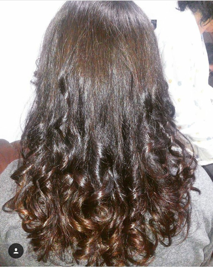 Modelagem de Cachos , Utilizando modelador de cachos e Spray Fixador para maior durabilidade. cabelo esteticista assistente esteticista estudante (esteticista)