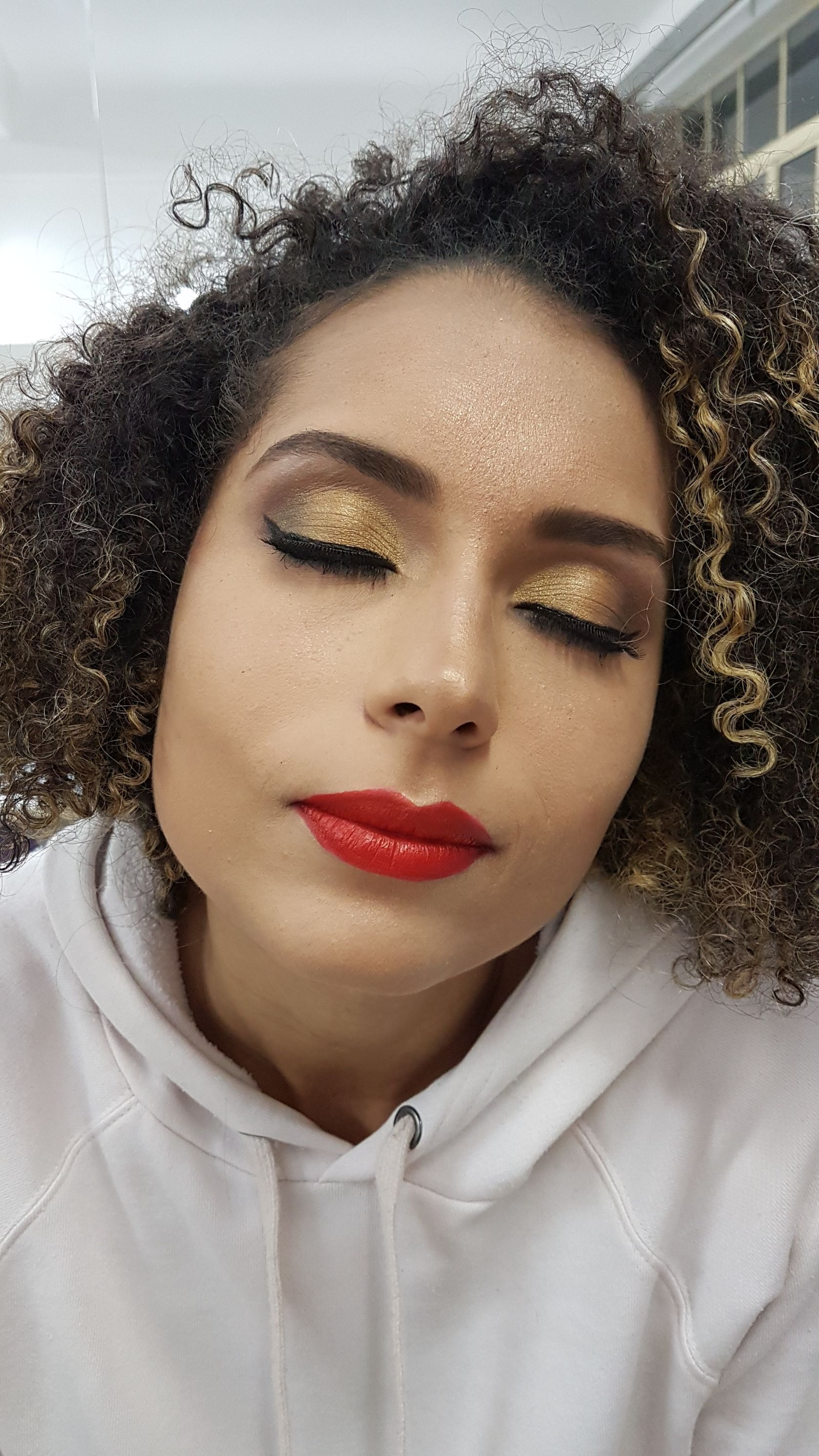 Pele negra, olho esfumado diagonal. maquiagem maquiador(a)