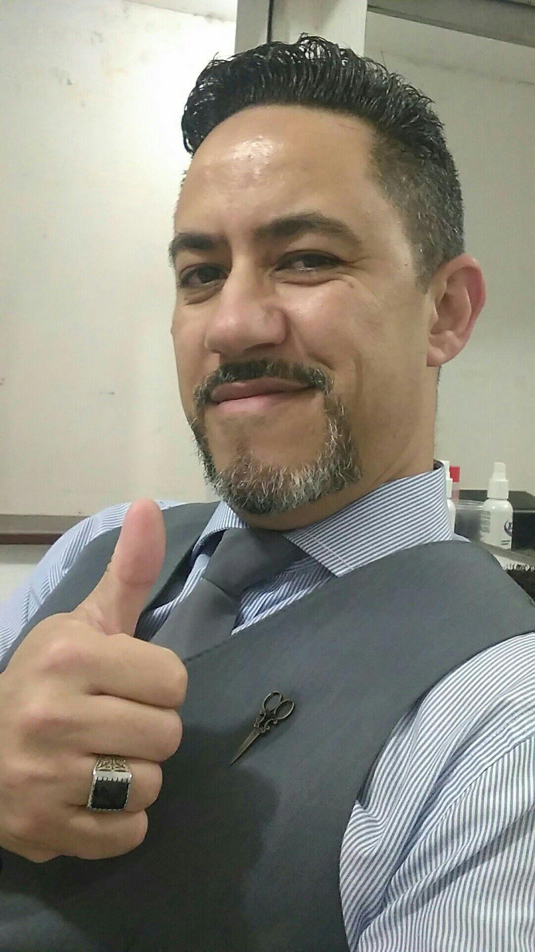 Estou sou eu, Barbeiro Silvano atuando na área desde 1996. barbeiro(a)