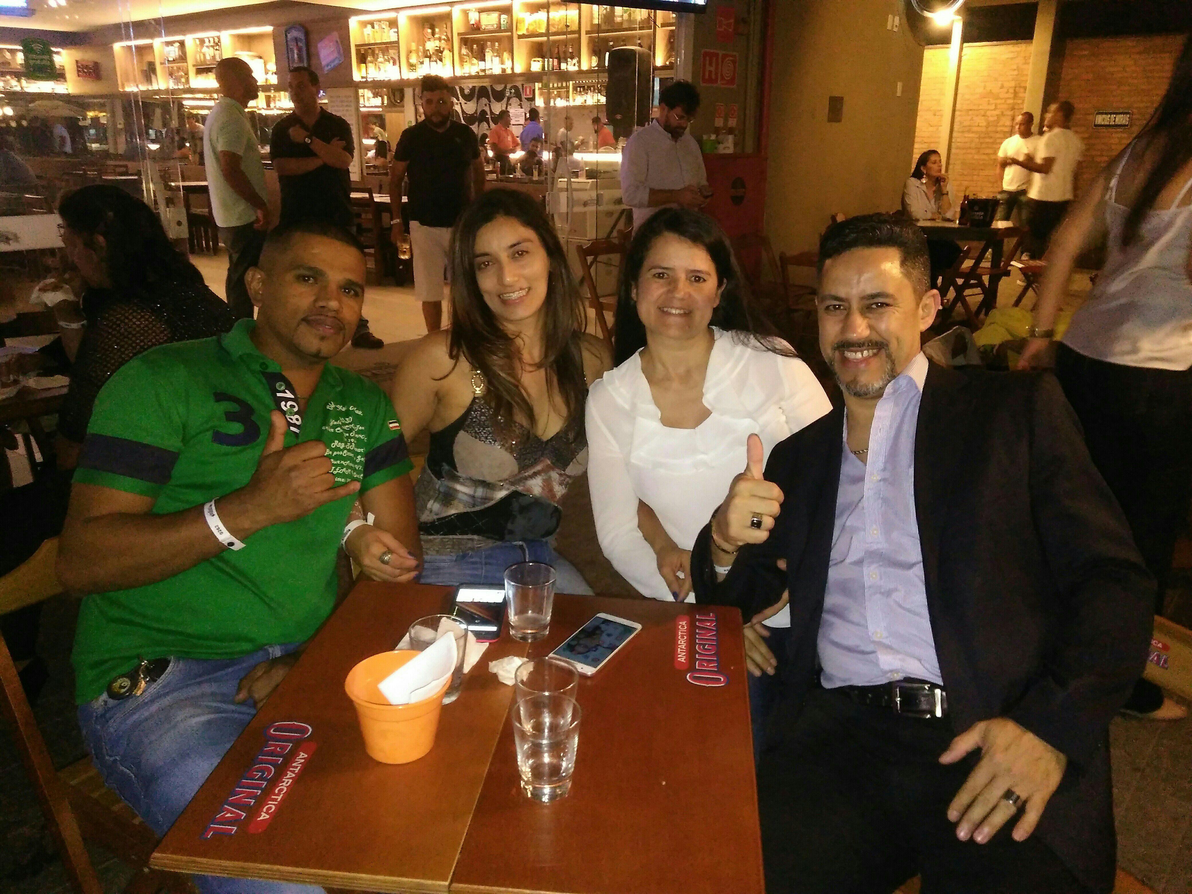 Eu esposa e um casal de amigos no bar DO LEME AO PONTAL. barbeiro(a)