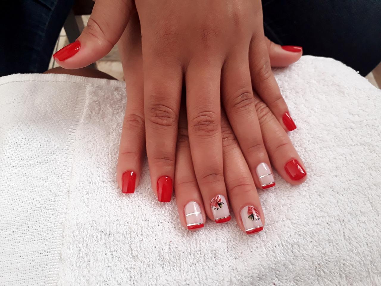 Usei esmalte vermelho maravilha da Risquê e um Renda também  da Risquê, usei um adesivo unha manicure e pedicure