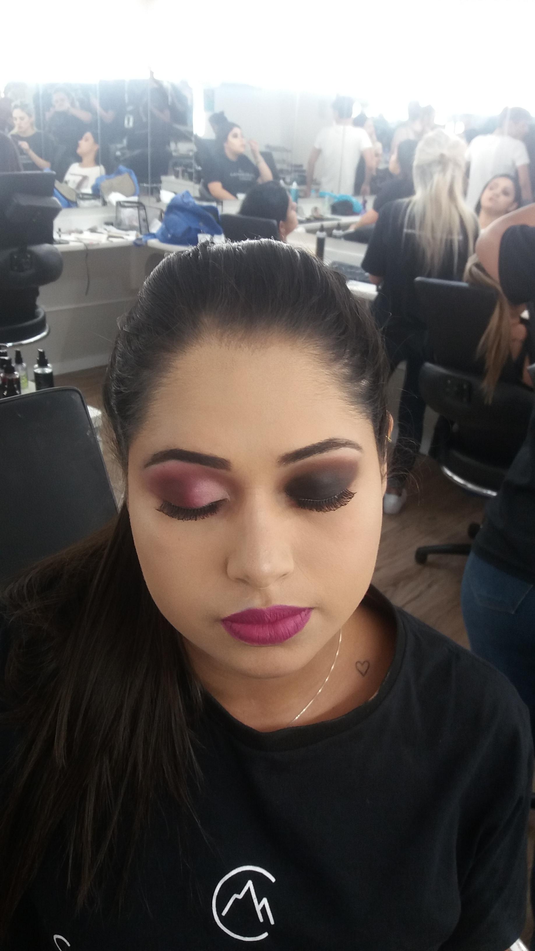 Preparação de pele com tecnica em degradê e esfumado preto. maquiagem maquiador(a)