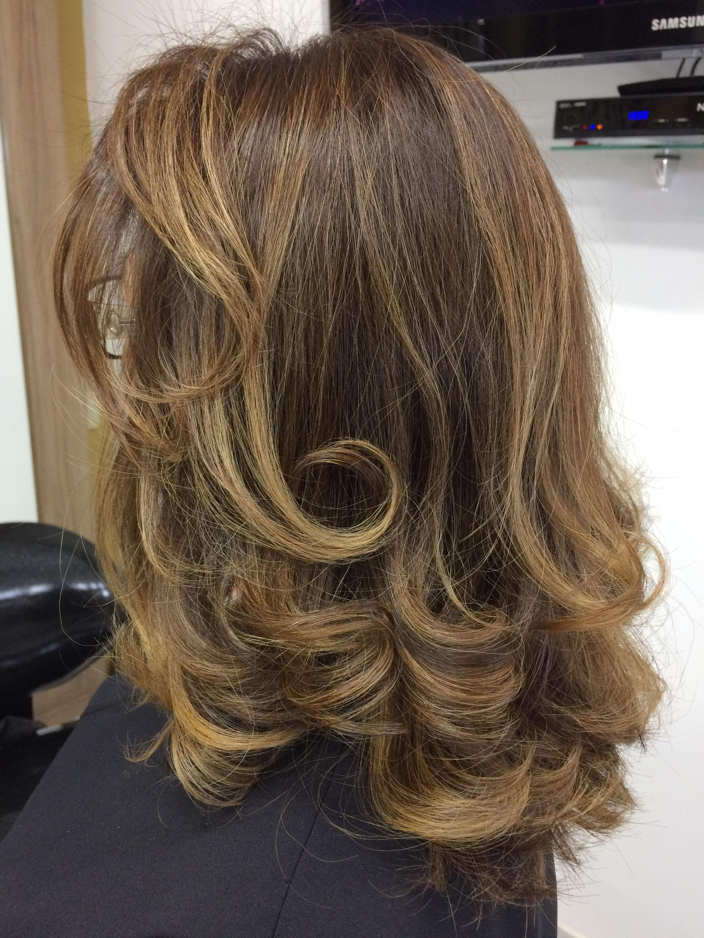 Trabalho de mechas em tom caramelo  cabelo auxiliar cabeleireiro(a)