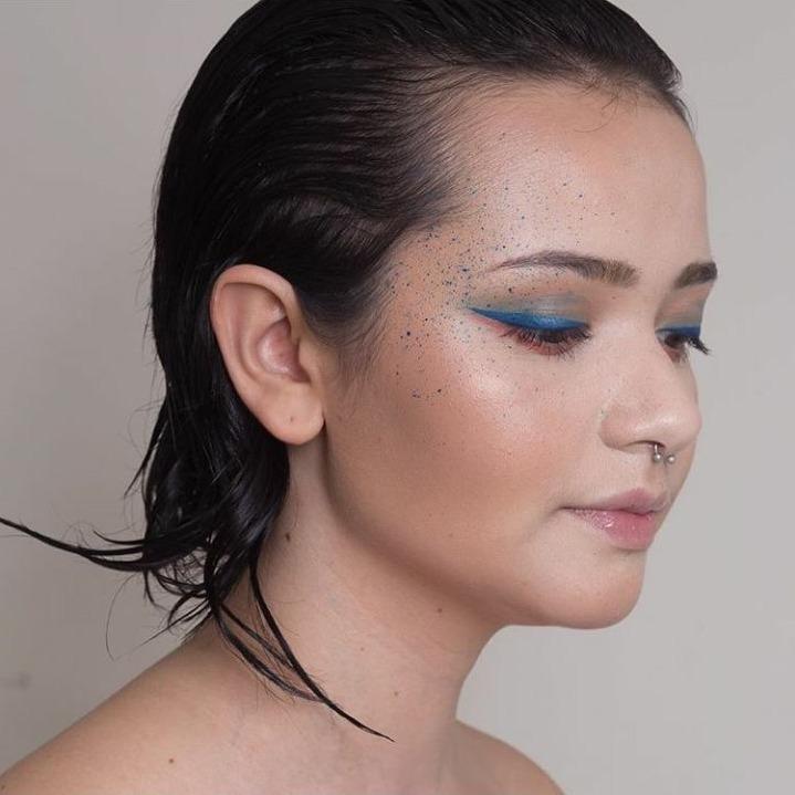 Mais uma de editorial ;) #delineadoazul #peleiluminada maquiagem maquiador(a)