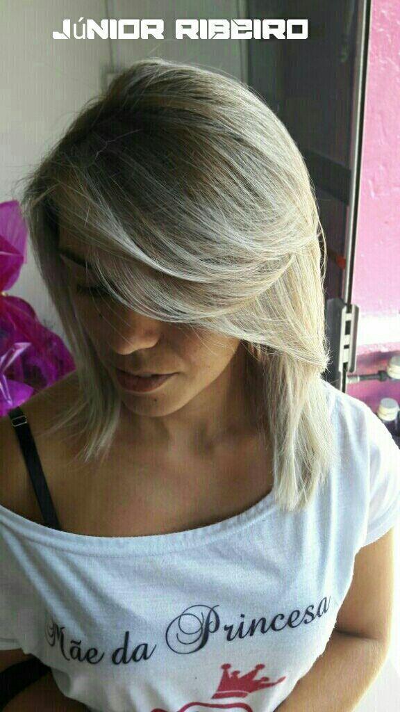 Platinado com a raiz louro médio. cabeleireiro(a) maquiador(a)