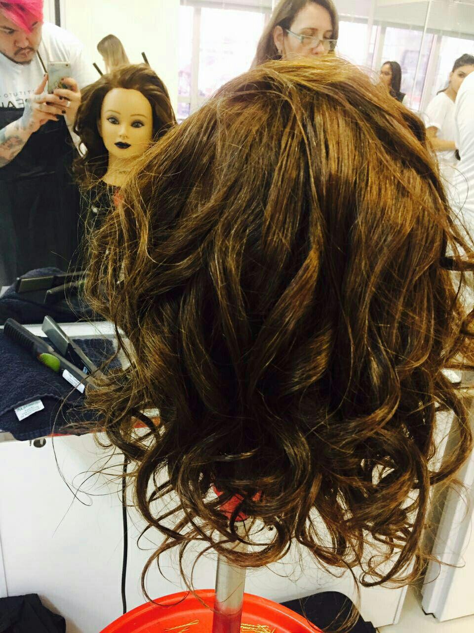 Escova com volume e finalização em cachos, com a prancha cabelo estudante (cabeleireiro) estudante (cabeleireiro) estudante (cabeleireiro) estudante (cabeleireiro) estudante (cabeleireiro) estudante (cabeleireiro) estudante (cabeleireiro) estudante (cabeleireiro) estudante (cabeleireiro) estudante (cabeleireiro)