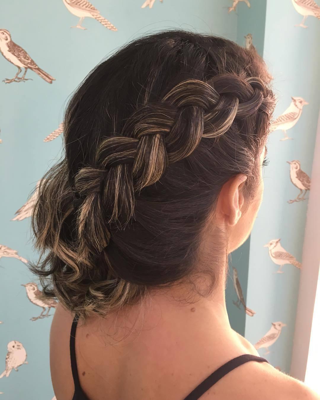 Trança invertida levemente afrouxada..  cabelo auxiliar cabeleireiro(a)
