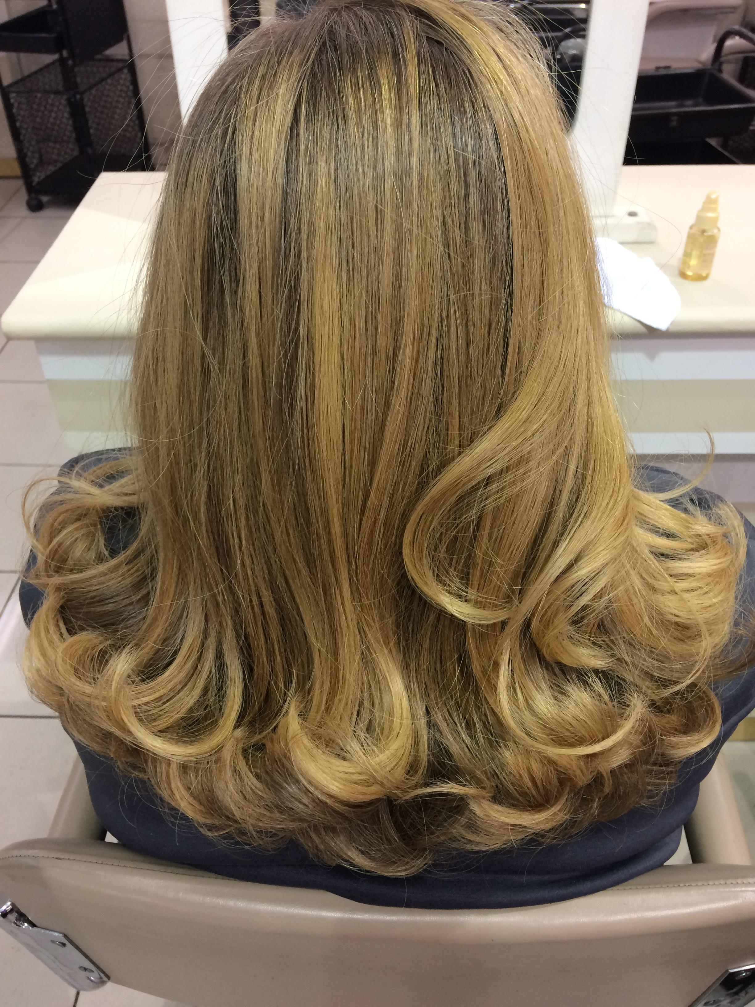 Cliente bem satisfeita!! cabelo auxiliar cabeleireiro(a)