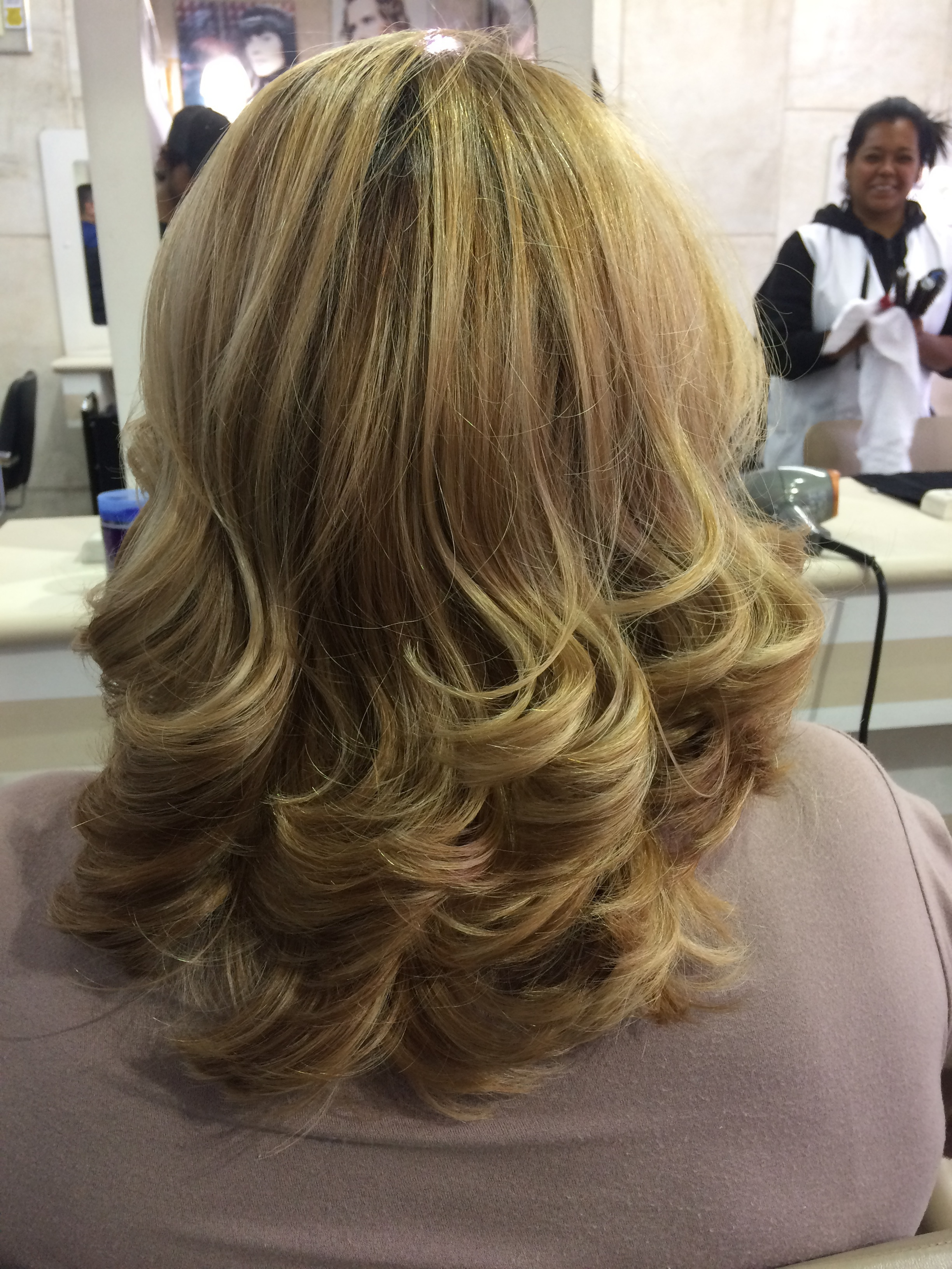 Só alegria esse dia, adorei fazer à modelagem dos fios dessa cliente!!  cabelo auxiliar cabeleireiro(a)
