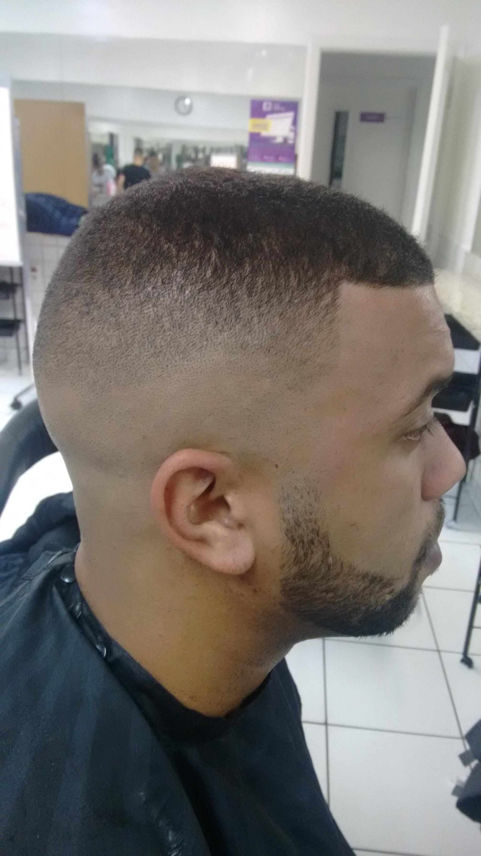Corte de cabelo navalhado cabelo barbeiro(a)