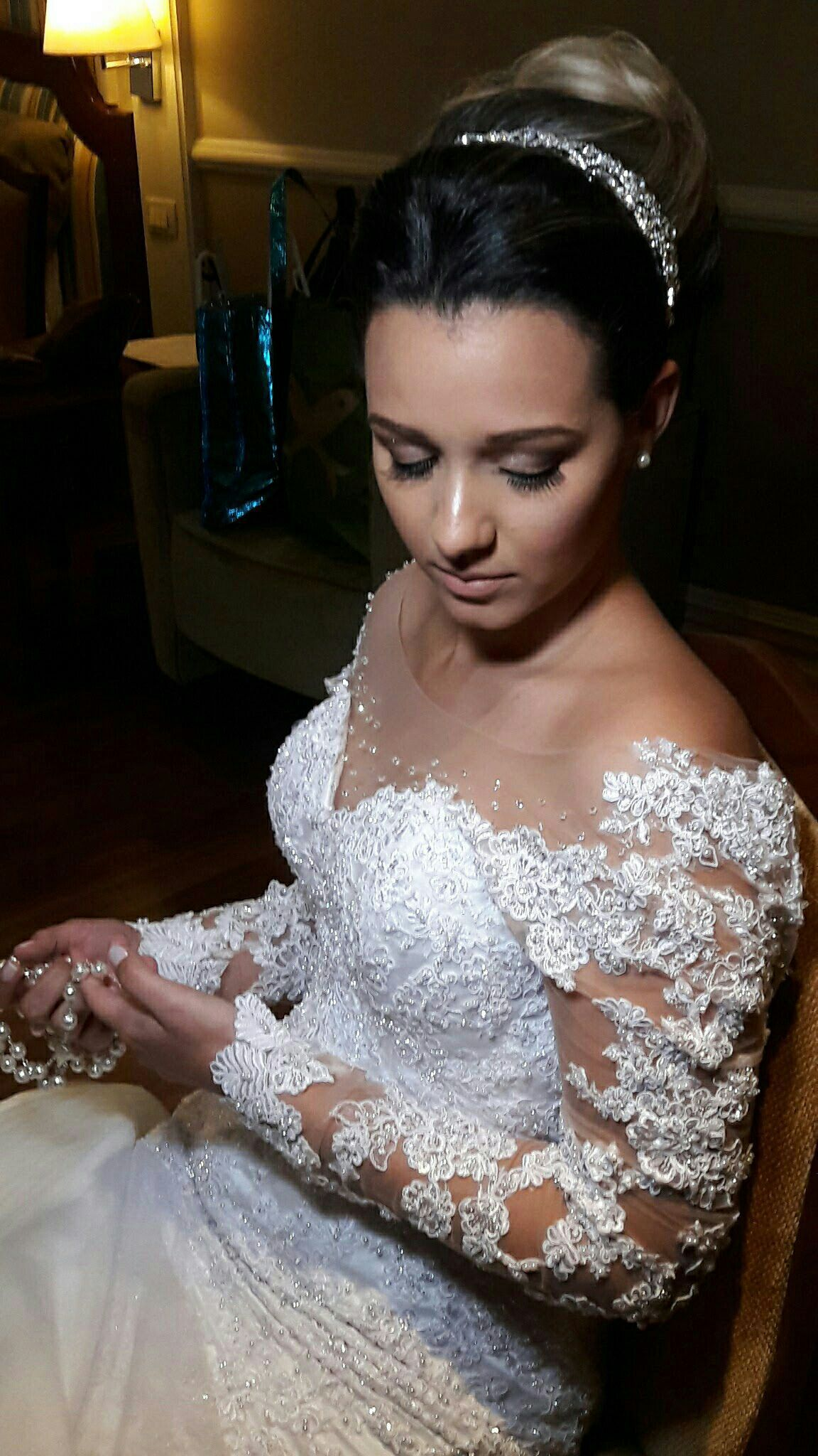 A noiva optou por uma maquiagem clean com brilho nos olhos. maquiador(a) maquiador(a)