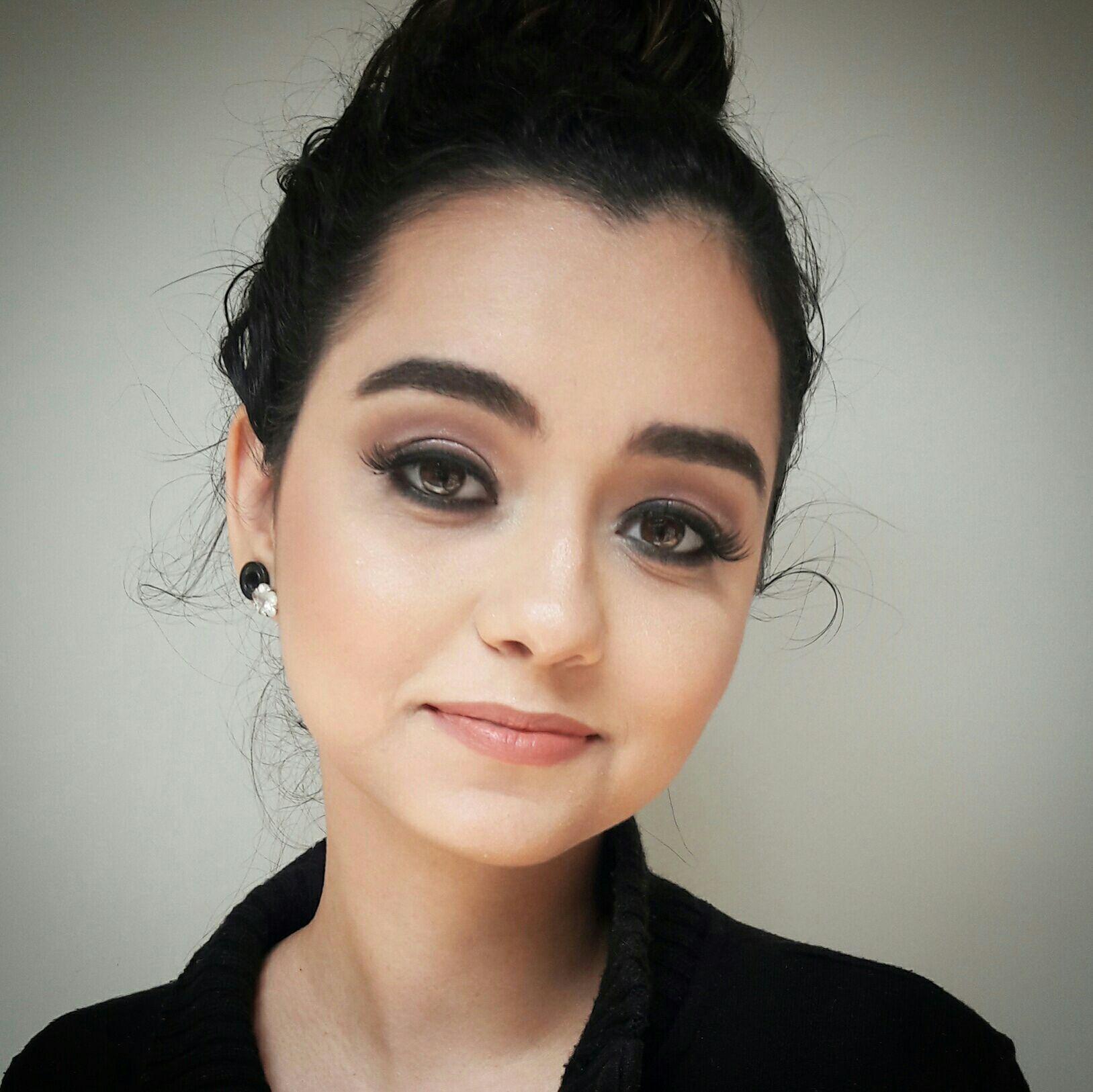 Maquiagem com Preto, bem esfumado e com glitter levemente na pálpebra maquiador(a) maquiador(a)