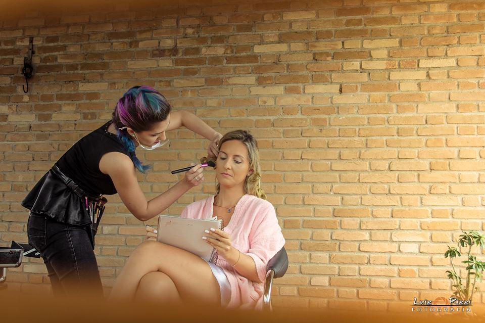 A gente se vira pra atender a cliente <3 ela estava revendo os votos !   #maquiagemnoiva #noiva #maquiagem #maquiadoraubatuba #maquiagemubatuba #maquiadoracaraguatatuba #makeup #mua #ubatuba #caraguatatuba #belezaubatuba #casamento #casamentoubatuba maquiagem maquiador(a)
