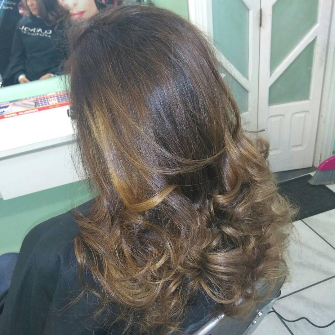 Morena iluminada cabelo cabeleireiro(a)