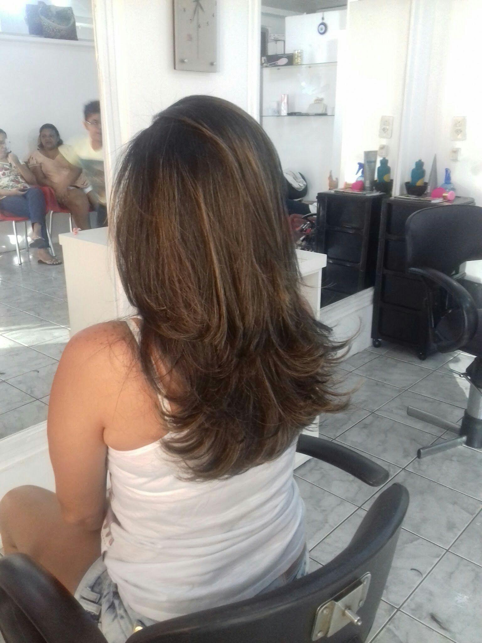Morena iluminada cabeleireiro(a)