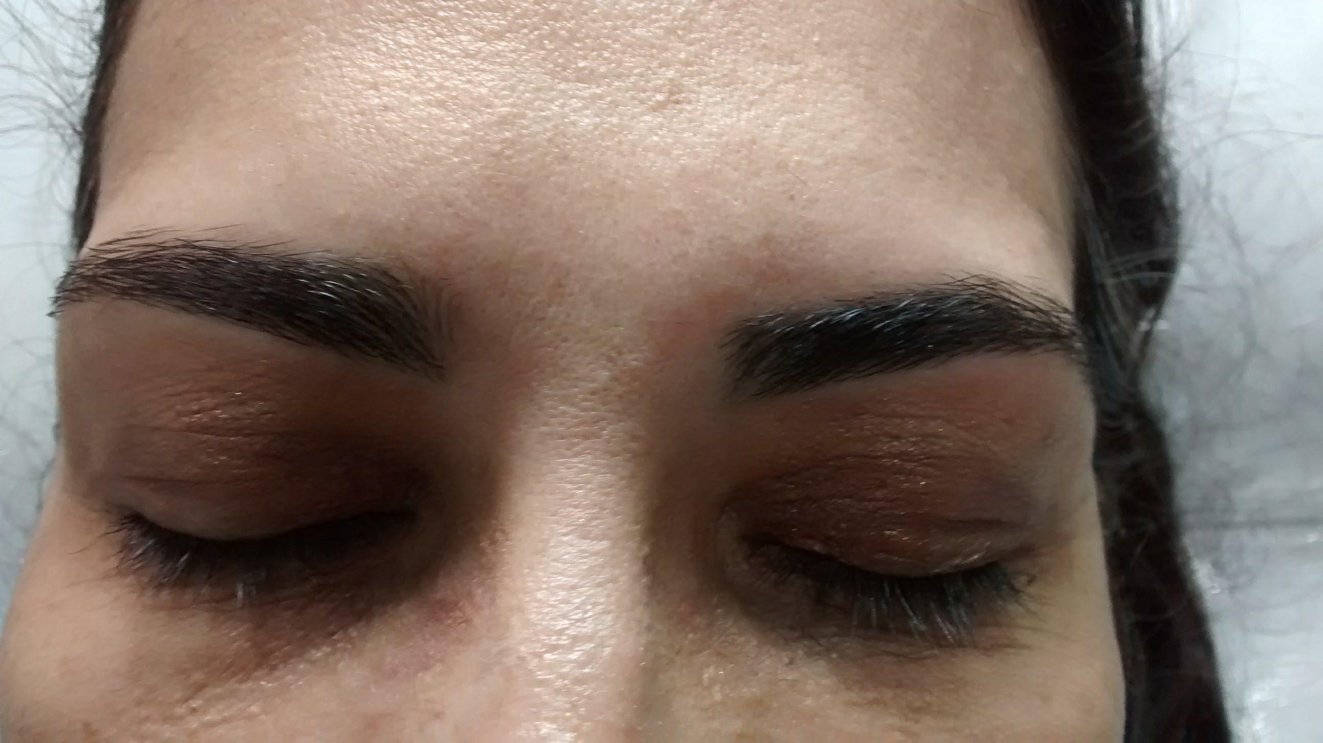 Sobrancelhas delineadas conforme desejo da cliente, completam a harmonia do rosto. estética depilador(a) designer de sobrancelhas manicure e pedicure