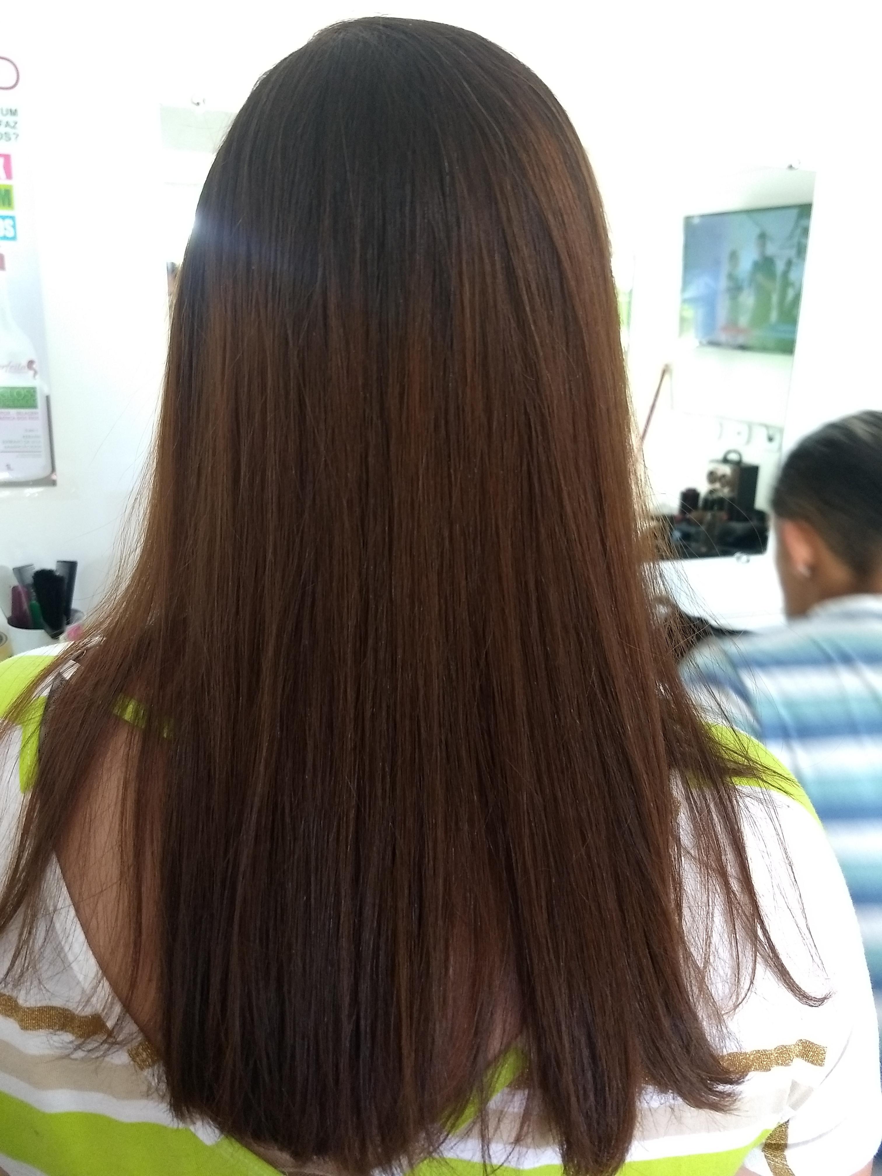 Cabelo naturalmente enrolado e com muito frizz, foi feito progressiva .  cabelo auxiliar cabeleireiro(a) recepcionista