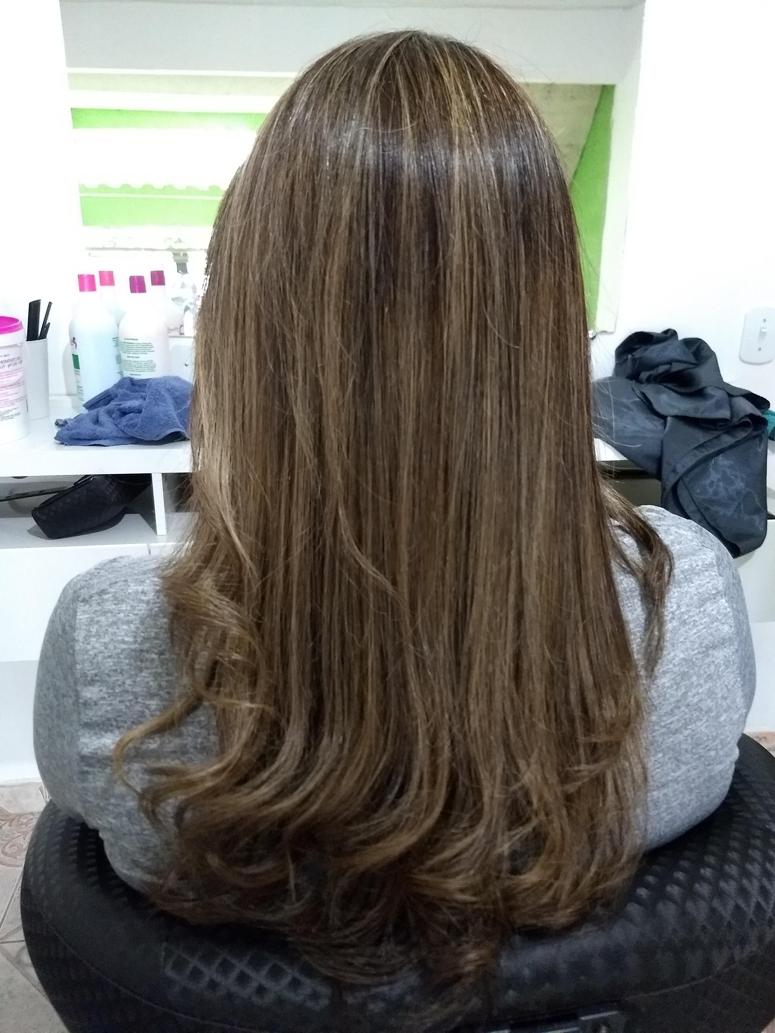Este foi o cabelo onde tive minha primeira experiência com luzes fora da escola, fiz retoque de raiz de uns 5 dedos pelo menos, o cabelo estava destruídos . Além disso cortei suavemente em degradê repicado e fiz tratamentos de hidratação e reconstrução.  cabelo auxiliar cabeleireiro(a) recepcionista