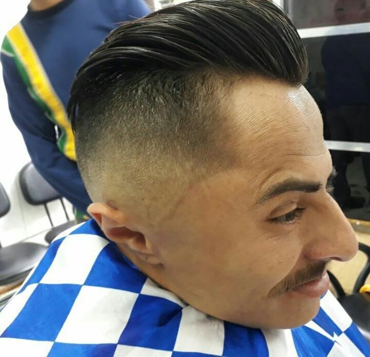 O estilo do corte de cabelo disfarçado tem feito literalmente a cabeça da maioria dos homens, pois é um corte cheio de estilo. Porém para fazê-lo é preciso muita técnica do profissional. cabelo barbeiro(a)