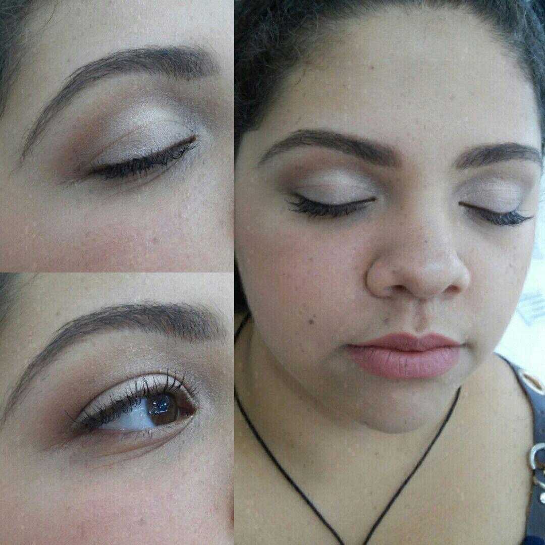 Maquiagem noiva, dia, natural com o côncavo levemente marcado e delineado feito com sombra molhada no pincel.  A pele foi feita com o pancake. maquiagem maquiador(a)