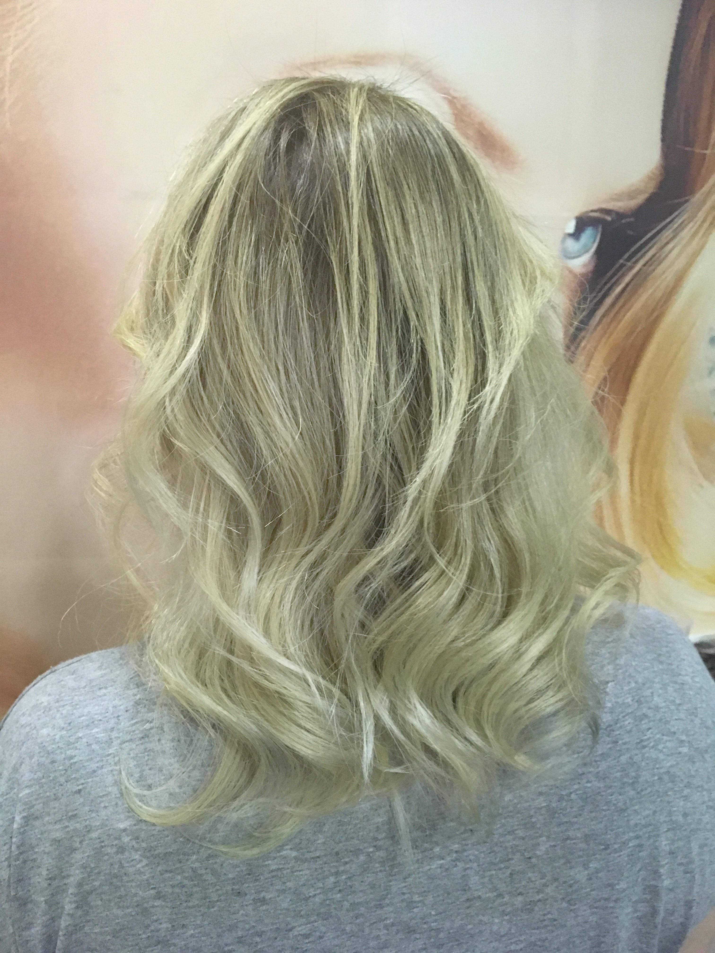 Feito correção de cor e mechas simultaneamente. outros cabeleireiro(a) maquiador(a) stylist / visagista