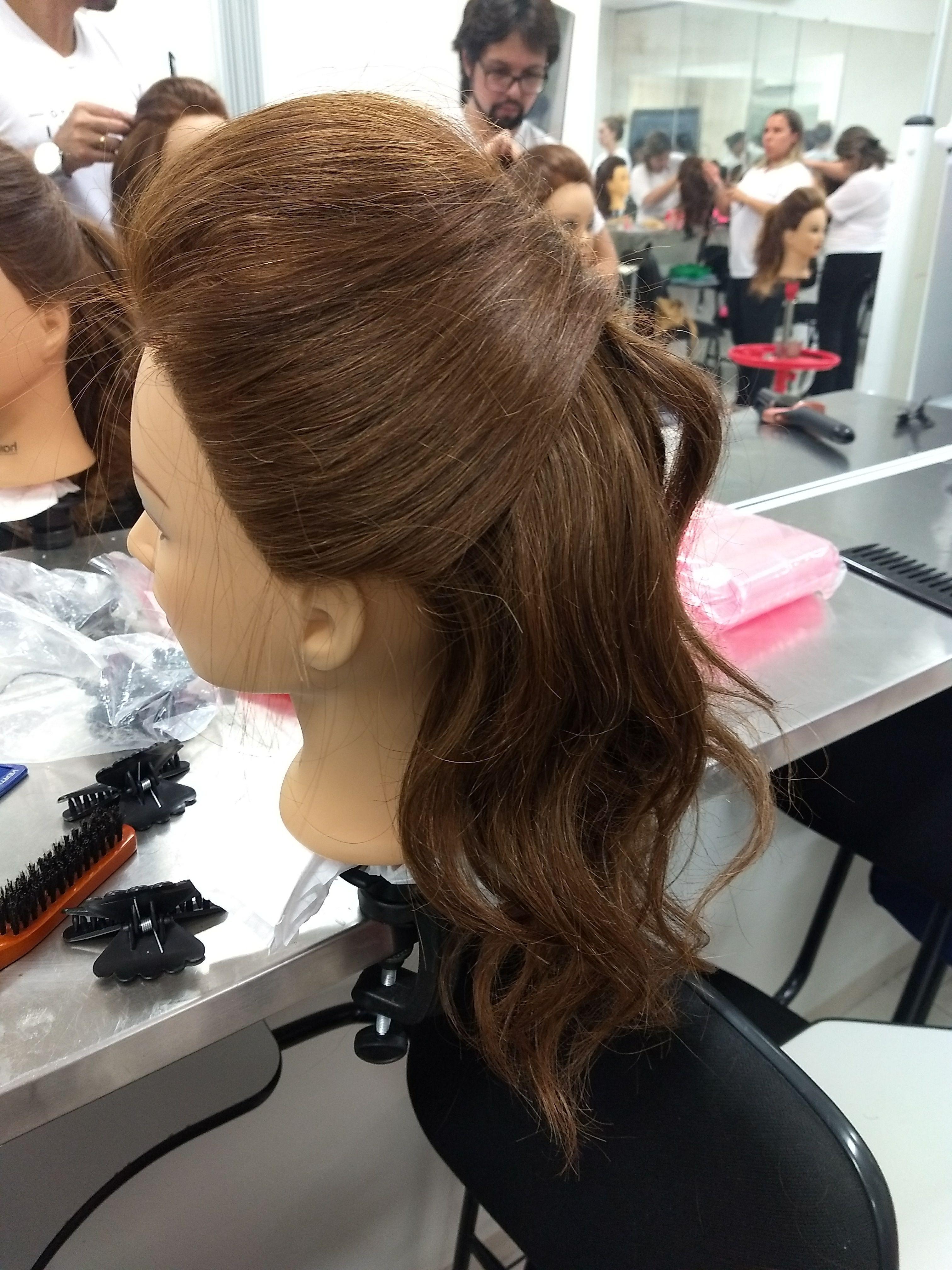 Laterais do penteado moicano cabelo auxiliar cabeleireiro(a) auxiliar cabeleireiro(a)