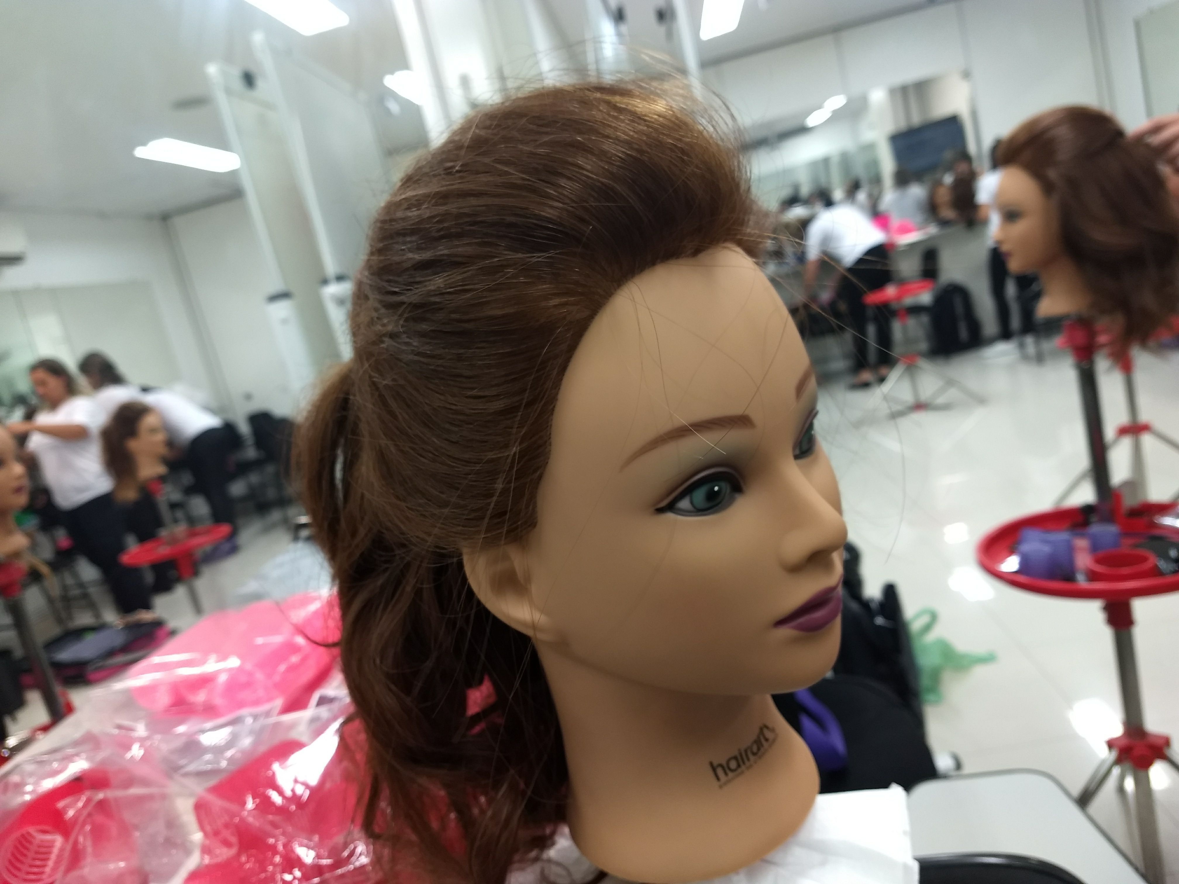 Frontal penteado moicano com volume. cabelo auxiliar cabeleireiro(a) auxiliar cabeleireiro(a)