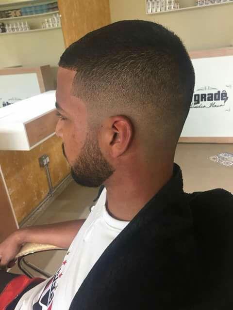 Corte graduado e barba. cabelo