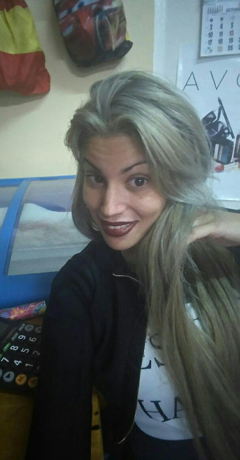 Escova progressiva . Tinta de platina e loira. Coloque extensões de cabelo extra longas com rosca. prancha cabelo cabeleireiro(a)