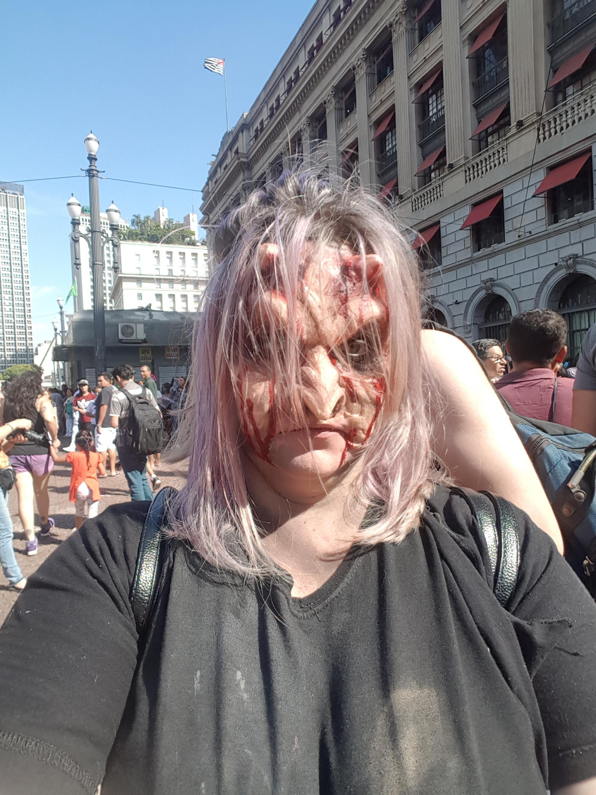 Maquiagem de zumbi para o Zombie Walk com aplicação de prótese maquiagem maquiador(a) cabeleireiro(a) consultor(a) em imagem