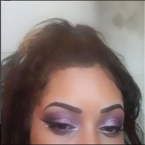 Roxo e lilás metálicos, com preto esfumado contrastando com os brilhantezinhos abaixo do meu querido winged eyeliner. Iluminador no canto interno.  maquiagem