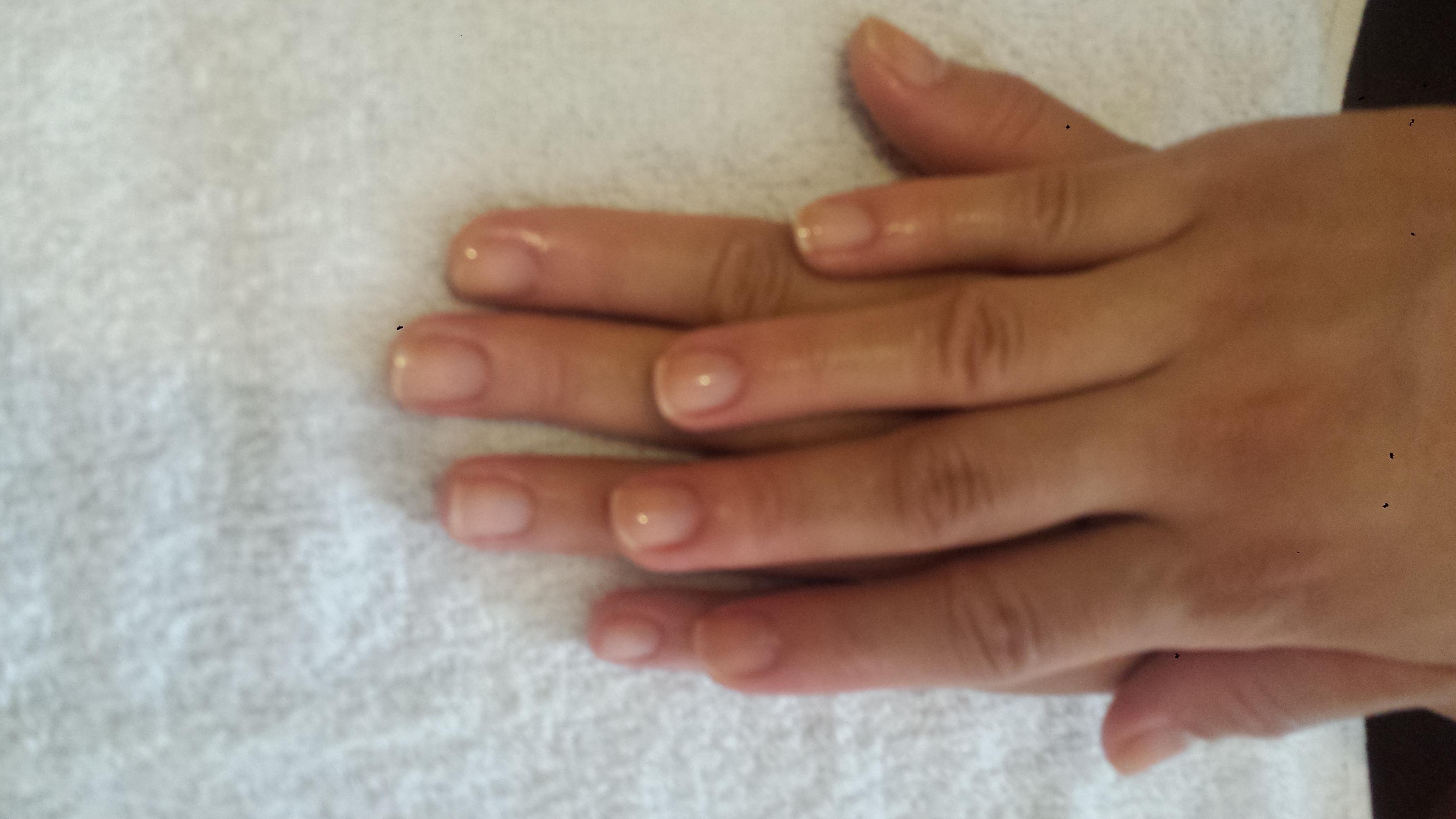 Serviço de manicure feito na unha da minha irmã ela escolheu apenas fazer a cutilacao e passar base.  unha manicure e pedicure