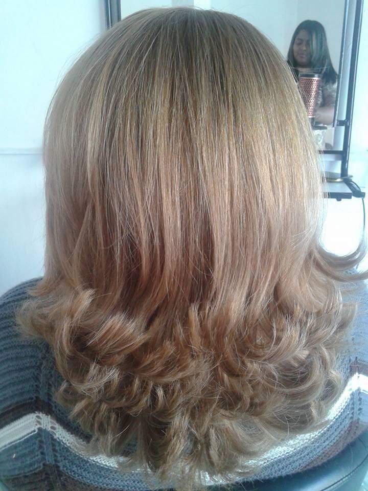 Corte em camadas e escova modelada cabelo auxiliar cabeleireiro(a)