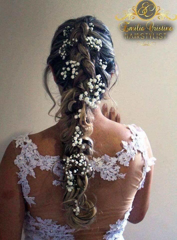 Trança despojada com aplicações de flores naturais,casamento dia na praia cabeleireiro(a) stylist / visagista