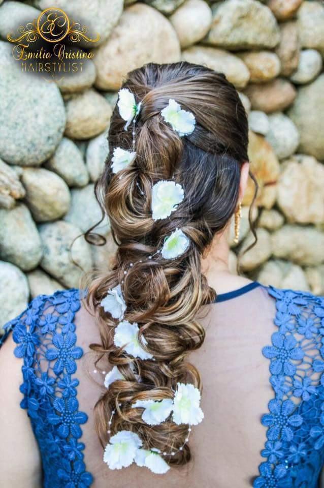 Trança despojada com aplicação de flores artificias cabeleireiro(a) stylist / visagista