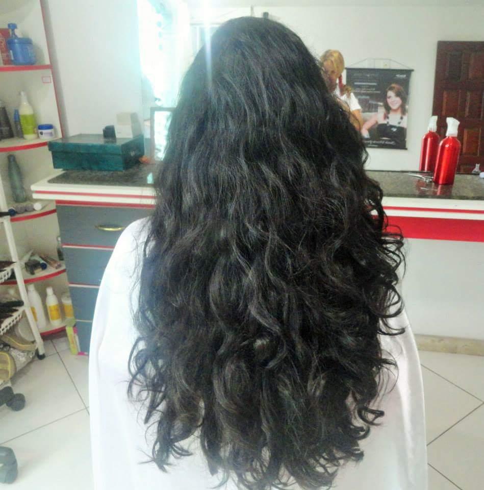 Corte em cabelo longo. cabelo cabeleireiro(a)