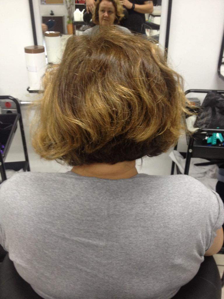 Luzes no papel com escova e prancha cabelo auxiliar cabeleireiro(a) assistente esteticista designer de sobrancelhas assistente maquiador(a)