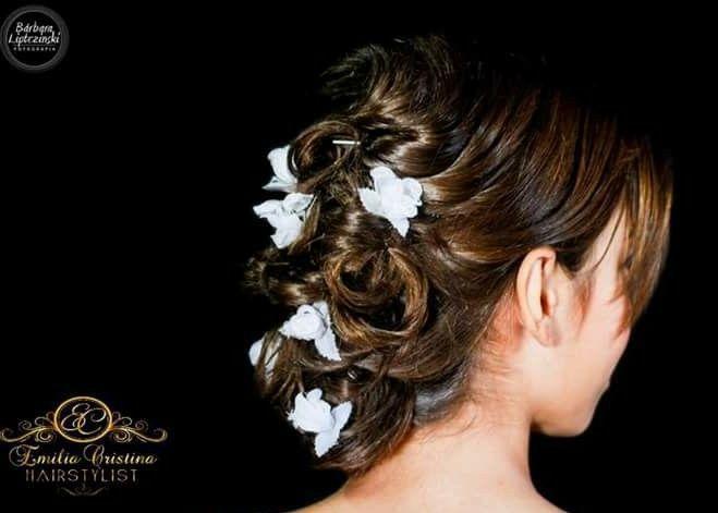 Coque despojado daminha com flores artificiais. cabeleireiro(a) stylist / visagista