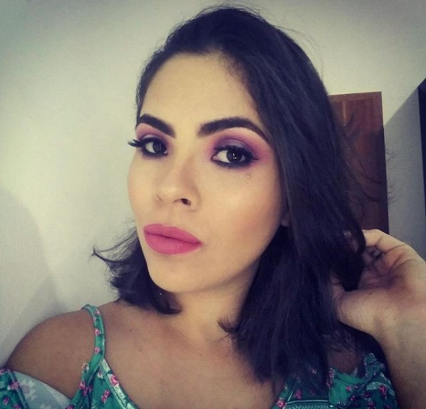 Instagram @anynhamakeup & @brfeminina #instamakeup #wakeupandmakeup #makeupjunkie #lipstick #essence #matte #todaysmakeup #makeupcollection #makeuplips #lips #likeforlike #likeback #bblogger #fashion #beautyhacks #beautyblogger #beautypost #highlighter #brush #goldenrosei #penteado #perfect #inspiration #maquiagem #instablog #happy maquiagem maquiador(a)