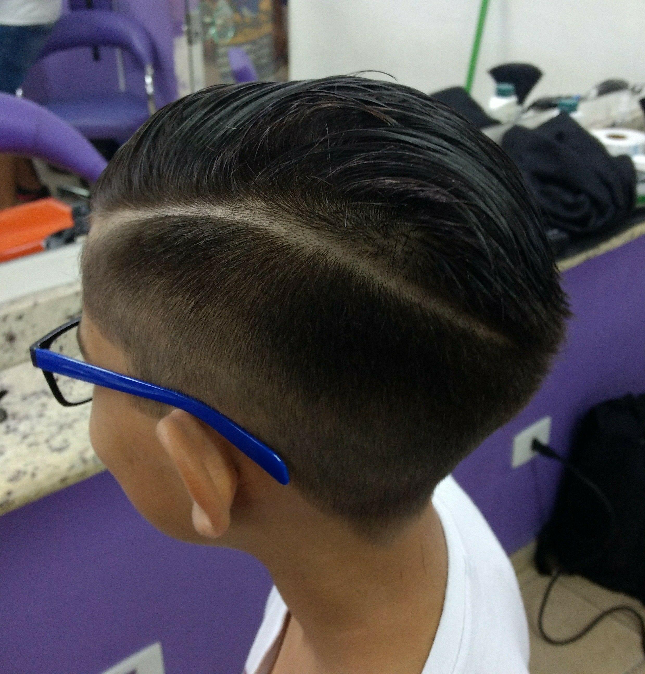 Disfarce na máquina 0 para 2 com risco feito na navalha. Modelo com 9 anos de idade. cabelo barbeiro(a)