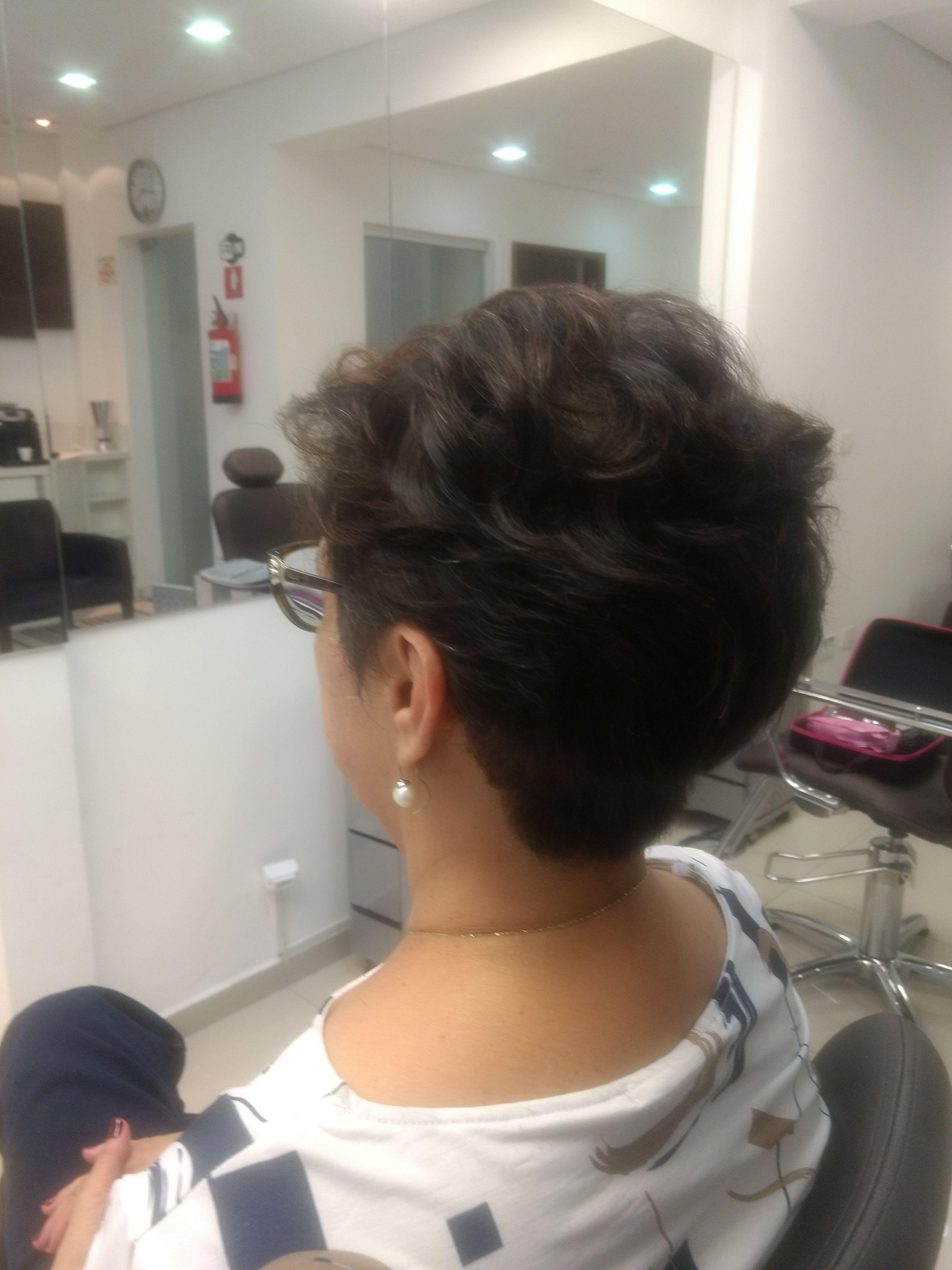 Corte moderno e despojado. cabelo cabeleireiro(a)