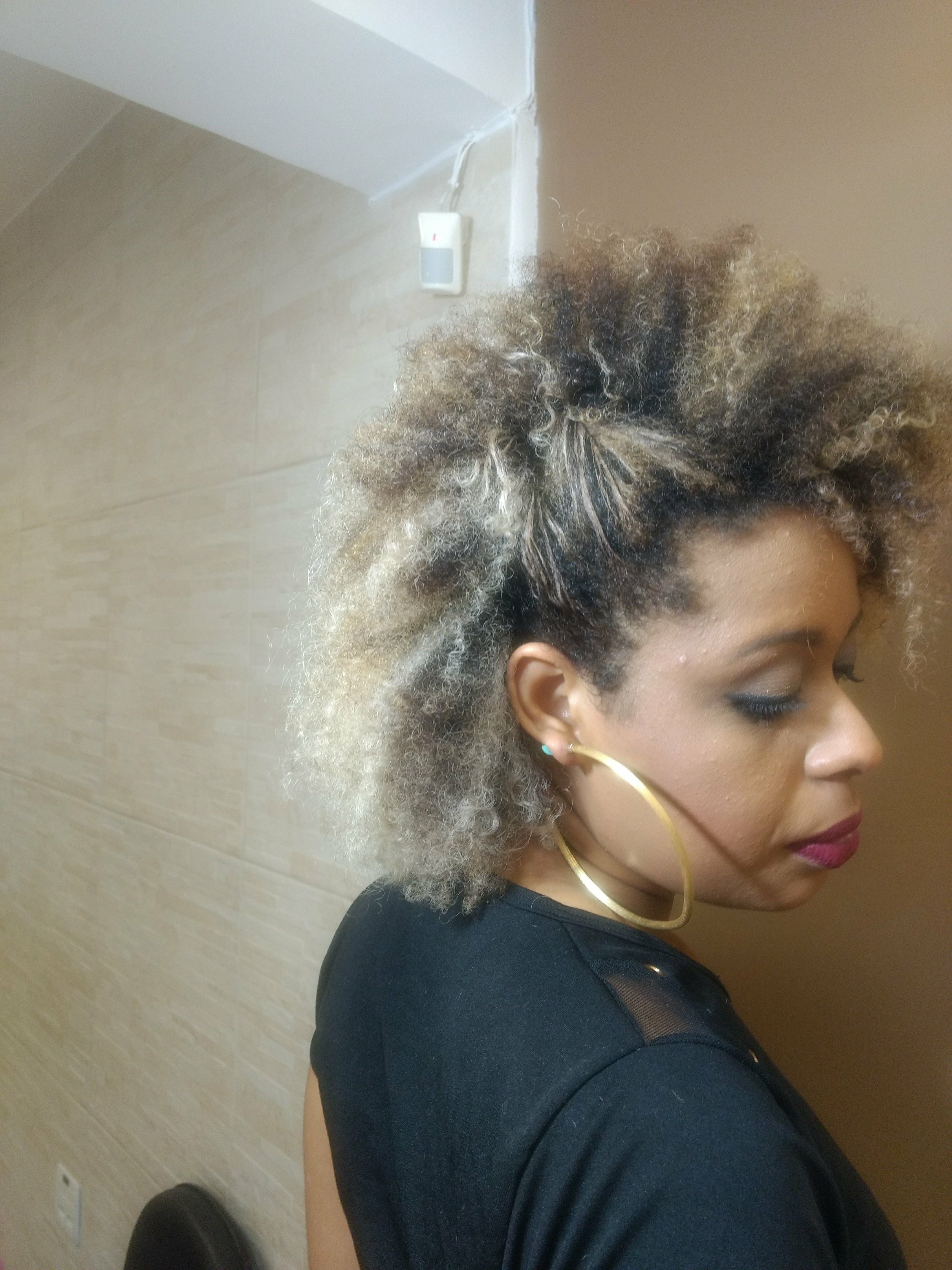 E quem disse que morenas não pode ter o cabelo platinado.Isso se chama auto estima e auto confiança cabelo cabeleireiro(a)