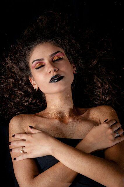 Projeto integrador. Maquiagem com o tema brilho maquiagem maquiador(a)