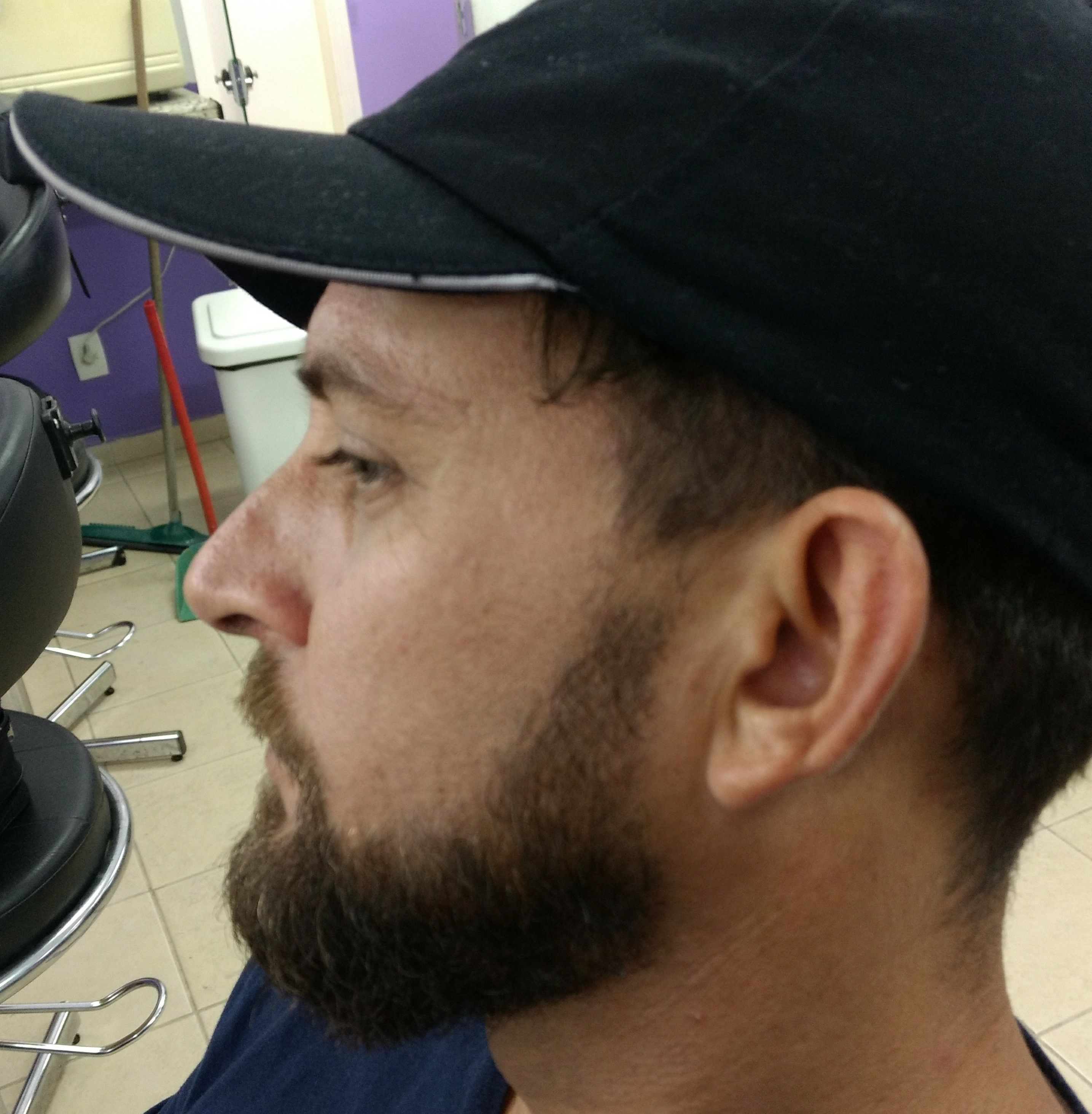 Acerto de desenho da barba com navalha. outros barbeiro(a)