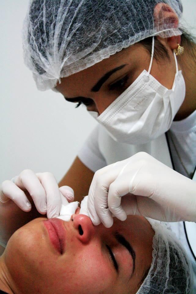 Limpeza e pele facial com extração manual. estética esteticista consultor(a) depilador(a)