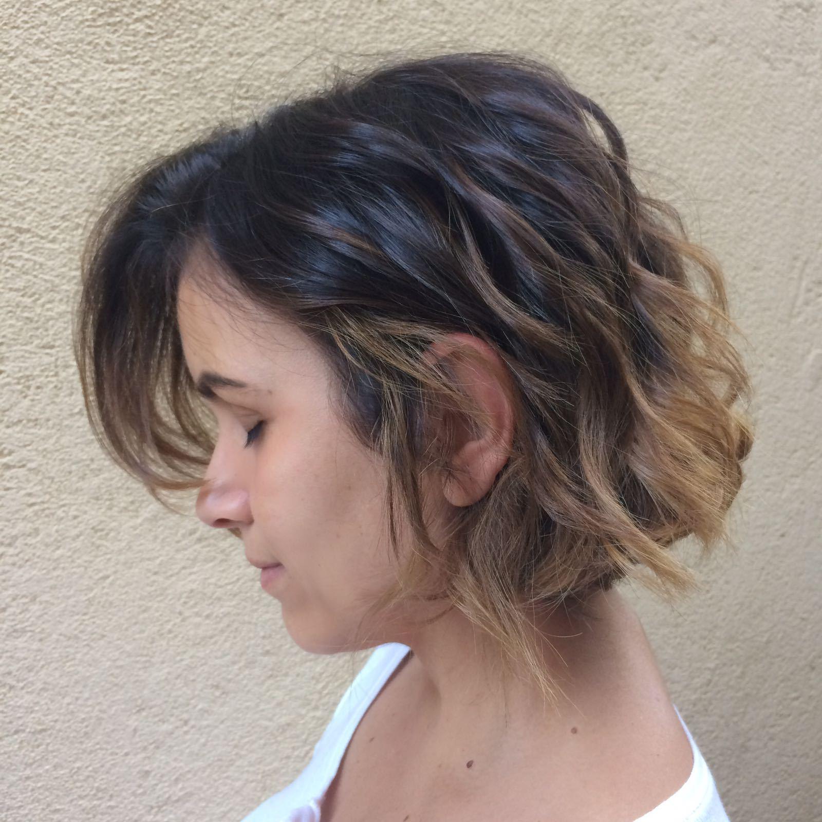 Corte levemente assimétrico e balayag Free hands cabelo auxiliar cabeleireiro(a) designer de sobrancelhas