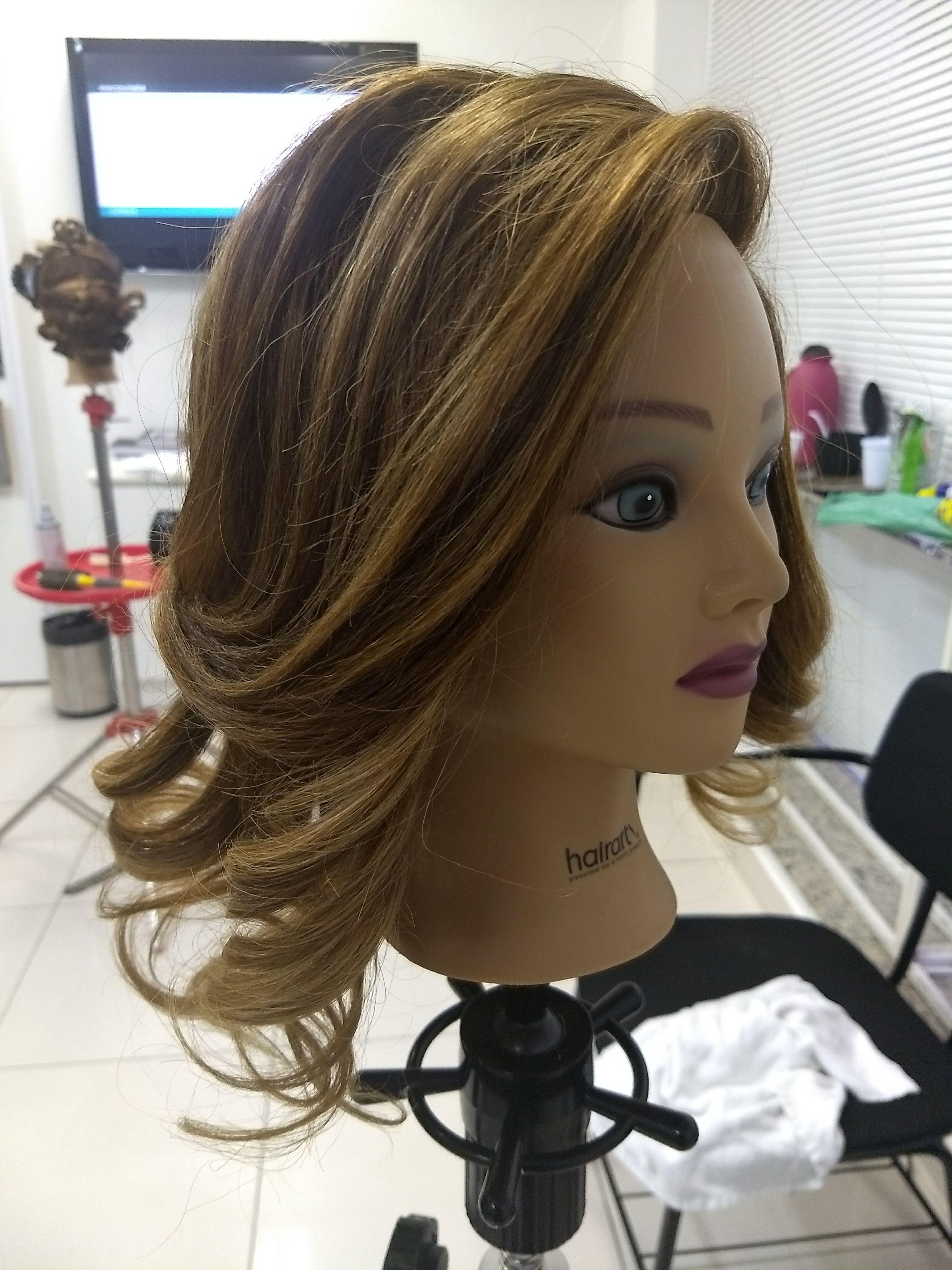Escova modelada com cachos cabelo auxiliar cabeleireiro(a) escovista