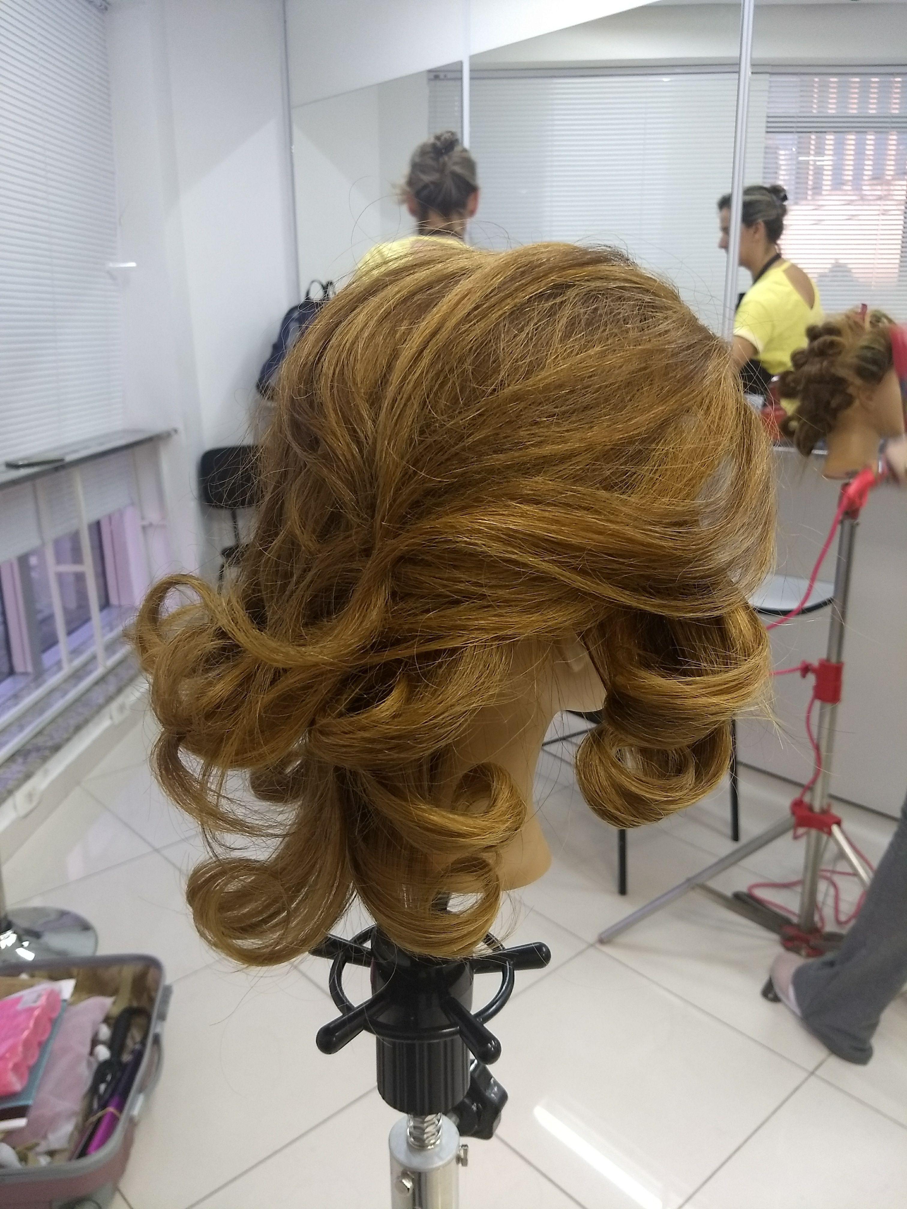 Escova com cachos cabelo auxiliar cabeleireiro(a) escovista