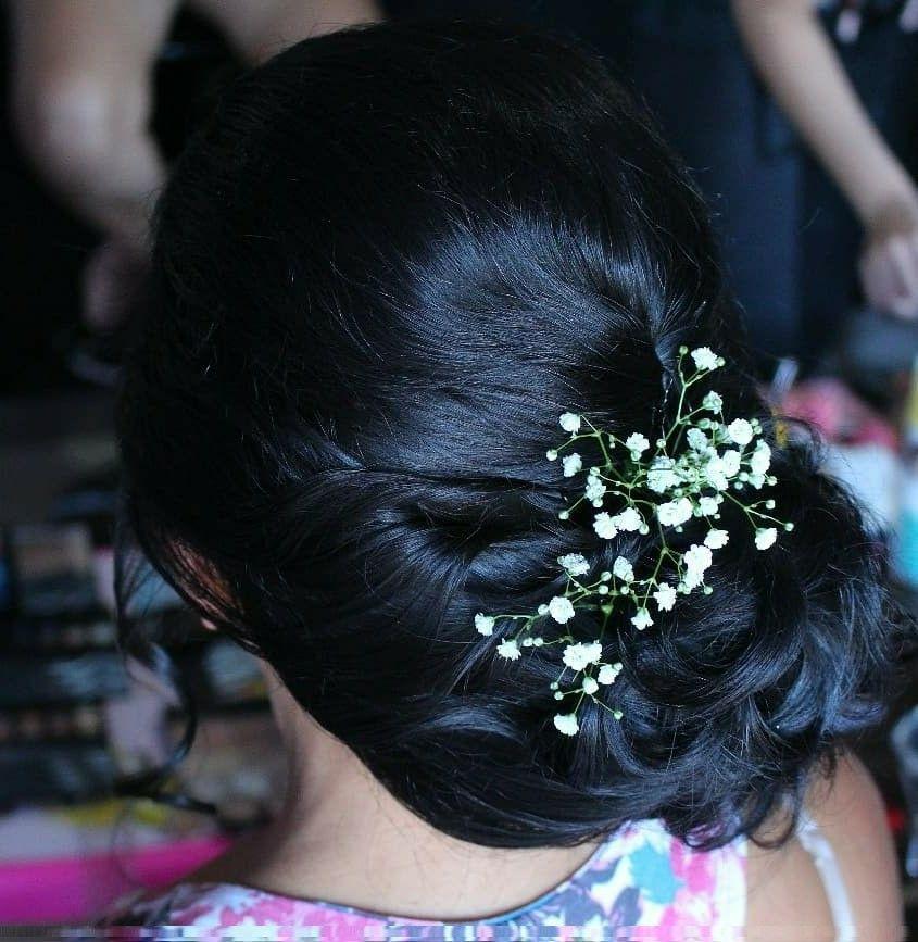 Coque despojado lateral com aplicação de flores cabeleireiro(a) stylist / visagista